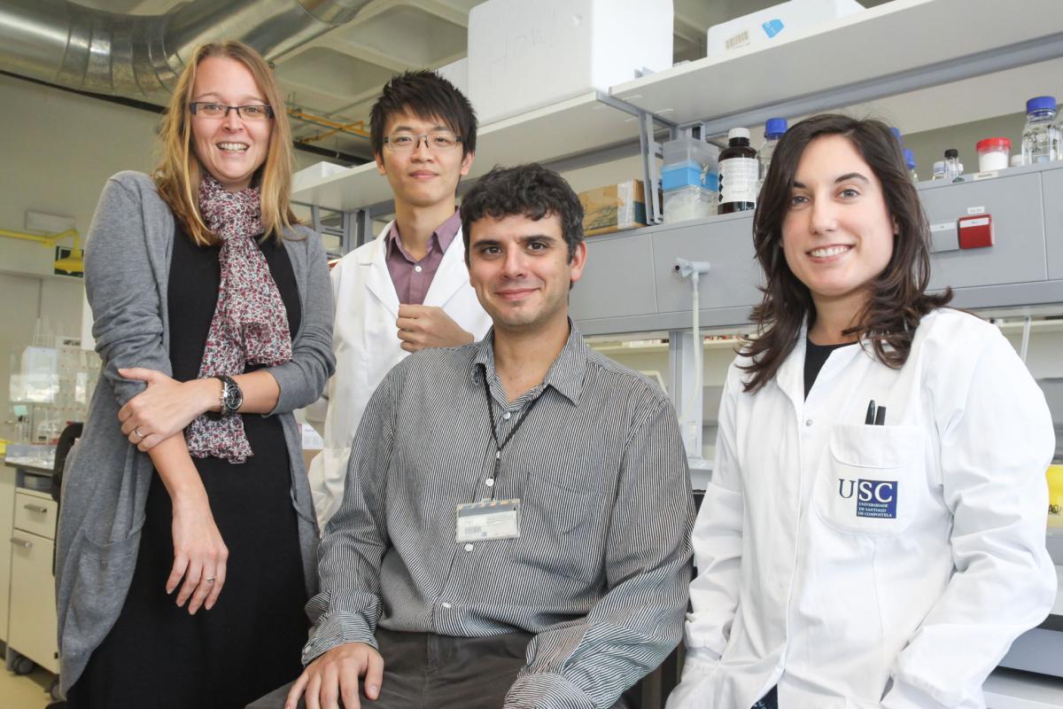 Foto do investigador Marcos García Fuentes, xunto ao seu grupo nos laboratorios do CiMUS.